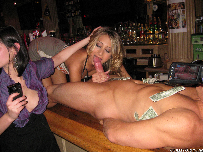 Ебут двух девок в клубе