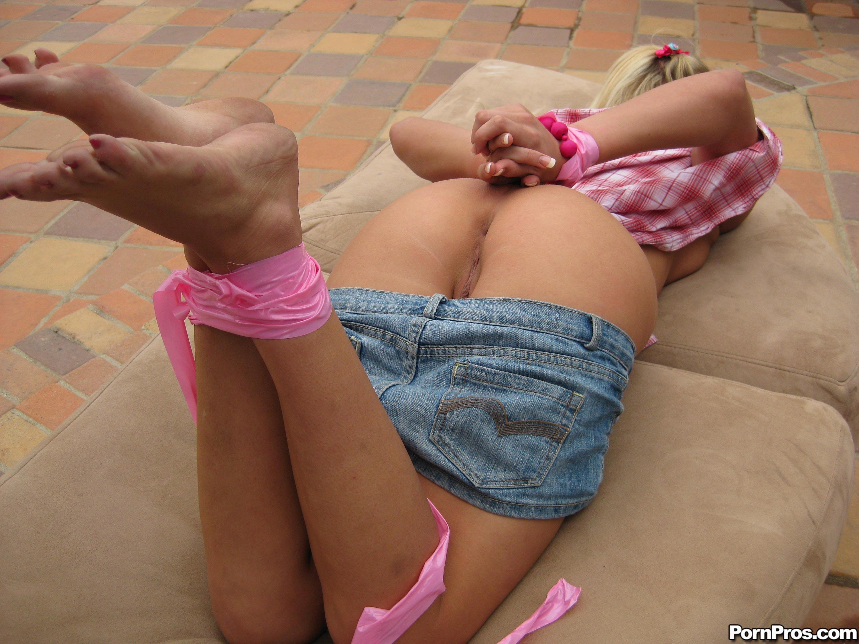 Связанная по рукам и ногам в оргазме 10 фотография
