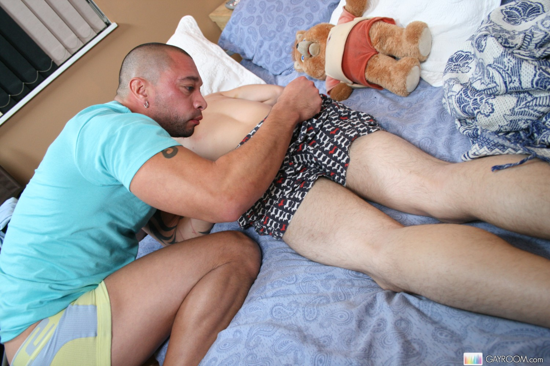 Пьяных гей парней сексспящими