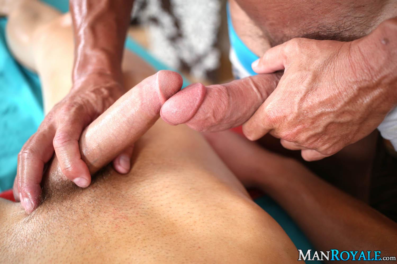 порно видео массажист делает массаж