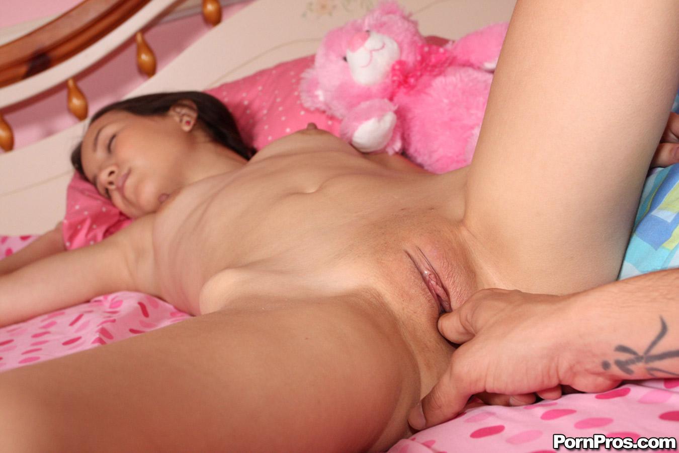 Киска у спящей девушки фото 457-126