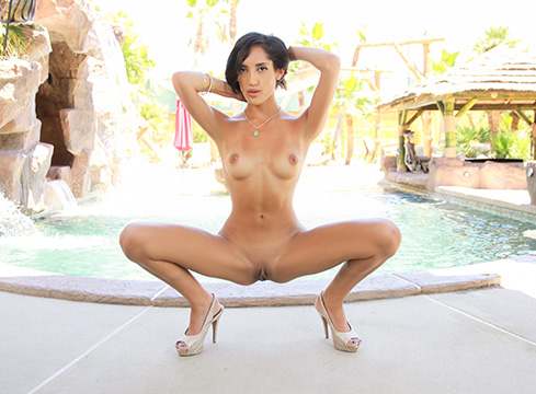 Chloe Amour Pool Party - Picture 5