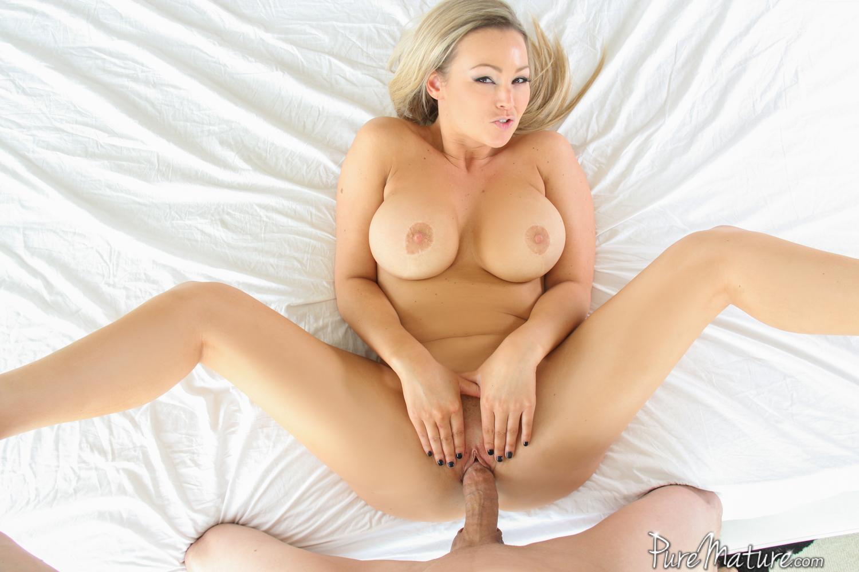 Abbey Brooks готовится к сексу с парнем из доставки