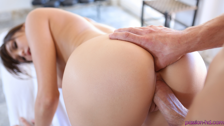 Пухлые голые попки женщин вид сзади частное фото